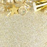 Nya år helgdagsaftongräns på skinande guld- bakgrund Royaltyfri Bild