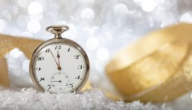 Nya år helgdagsaftonnedräkning Minuter till midnatt på en gammal klocka, festlig bokeh arkivbilder