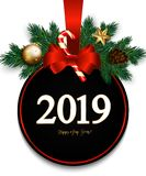 2019 nya år med det röda julförsäljningstecknet, förgrena sig gran, satäng arkivfoto
