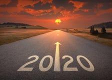 2020 nya år på den härliga tomma huvudvägen på solnedgången arkivfoton