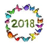 2018 nya år som göras av julgranfilialer Den runda rammodellen planlade av färgrika flygfjärilar Arkivbild