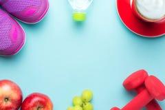 Nya år upplösningar äter sunt, förlorar vikt och sammanfogar idrottshallen, hantlar för kondition med måttbandet, begrepp av den  Royaltyfria Foton
