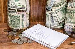 Nya år upplösningar med dollaren i den glass kruset, mynt Royaltyfri Bild