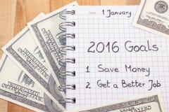 Nya år upplösningar som är skriftliga i anteckningsbok och valutadollar Arkivbilder
