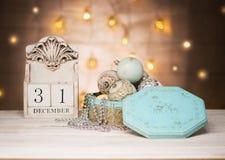 Nya året för för den December 31 klumpa ihop sig det träkalendern och tappning leksaker fotografering för bildbyråer