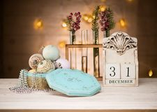 Nya året för för den December 31 klumpa ihop sig det träkalendern och tappning leksaker royaltyfri fotografi
