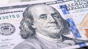Nya amerikanska pengar för Closeup hundra dollarräkning Benjamin Franklin stående, oss makro för 100 dollar sedelfragment Royaltyfri Bild
