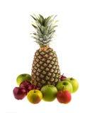 Nya ananas och äpplen på vit bakgrund vegetarian Arkivbilder