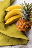 Nya ananas och bananer Arkivbild