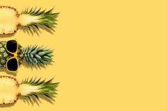 Nya ananors med solglas?gon p? gul bakgrund Id?rikt suumerbegrepp arkivbild