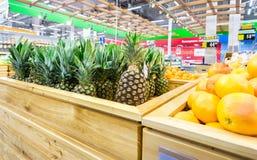Nya ananors ordnar till till salu i den chain stormarknaden Royaltyfri Foto