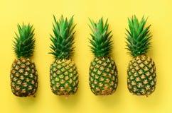 Nya ananors på gul bakgrund Top beskådar Design för popkonst, idérikt begrepp kopiera avstånd Ljus ananasmodell arkivfoton
