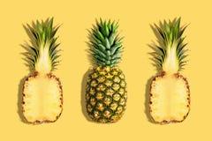 Nya ananors p? gul bakgrund Id?rikt suumerbegrepp arkivbild