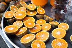 Nya apelsiner för halvt snitt, för apelsinfruktsaft Arkivbilder