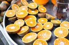 Nya apelsiner för halvt snitt, för apelsinfruktsaft Arkivfoton