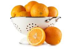 Nya apelsiner i en durkslag Arkivbild