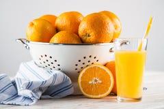 Nya apelsiner i en durkslag Arkivfoton