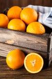 Nya apelsiner i en spjällåda Arkivfoto