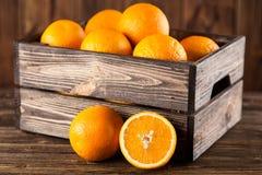 Nya apelsiner i en spjällåda Royaltyfria Bilder