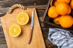 Nya apelsiner i en spjällåda Arkivbild