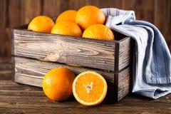 Nya apelsiner i en spjällåda Royaltyfri Foto