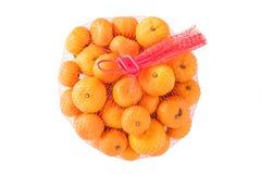 Nya apelsiner i plast- Mesh Sack som isoleras på vit. royaltyfria foton