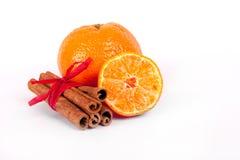 Nya apelsiner och kanelbruna sticks royaltyfri fotografi