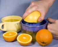 Nya apelsiner och orange fruktsaft arkivfoto
