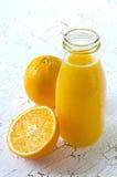 Nya apelsiner och orange ny fruktsaft Arkivfoto