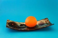 Nya apelsiner på en blå maträtt arkivbilder