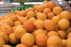 Nya apelsiner på en lokal organisk lantgård marknadsför på en tropisk Bali ö, Indonesien Det sunda livet Royaltyfri Fotografi