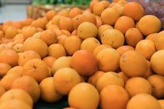 Nya apelsiner på en lokal organisk lantgård marknadsför på en tropisk Bali ö, Indonesien Det sunda livet Arkivfoto