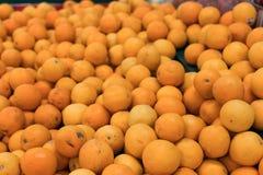 Nya apelsiner på en lokal organisk lantgård marknadsför på en tropisk Bali ö, Indonesien Det sunda livet Royaltyfria Foton