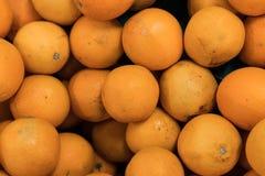 Nya apelsiner på en lokal organisk lantgård marknadsför på en tropisk Bali ö, Indonesien Det sunda livet Arkivbilder