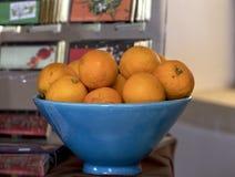 Nya apelsiner som tjänas som i blåttplatta Fotografering för Bildbyråer