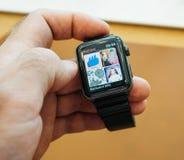 Nya Apple klockaserier 3 itunes lyssnar till musik över cellualr Royaltyfri Bild