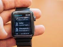 Nya Apple klockaserier 3 slår in leveransen app Royaltyfri Fotografi
