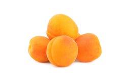 Nya aprikors som isoleras på en vit Arkivbild