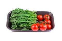 Nya arugula och tomater Arkivfoto