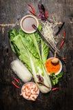 Nya asiatiska matlagningingredienser med risnudlar och räkor Arkivbilder