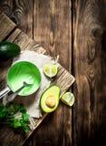Nya avokadosås, limefrukt och örter royaltyfri bild