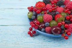 Nya bär för olik sommar i en bunke på den lantliga trätabellen Antioxidants detox bantar, organiska frukter Royaltyfri Fotografi