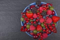 Nya bär för olik sommar i en bunke på den lantliga trätabellen Antioxidants detox bantar, organiska frukter Top beskådar Royaltyfri Fotografi