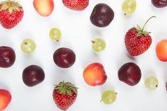 Nya bär för olik sommar i en vit bakgrund Antioxidants detox bantar, organiska frukter Top beskådar bär Royaltyfri Foto