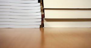 Nya böcker med vitt arkpapper på tetabellen arkivfoto