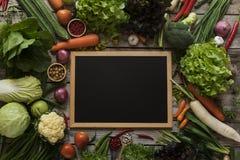 Nya bönder marknadsför frukt och grönsaken från ovannämnt med kopieringssp arkivbild