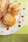 Nya bakade bröd på plattan Royaltyfri Foto