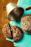 Nya bakade chokladkakor på trätabellen Royaltyfri Fotografi