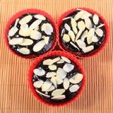 Nya bakade chokladmuffin med skivade mandlar Arkivfoto