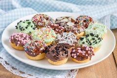 Nya bakade hemlagade mini- donuts Royaltyfria Bilder